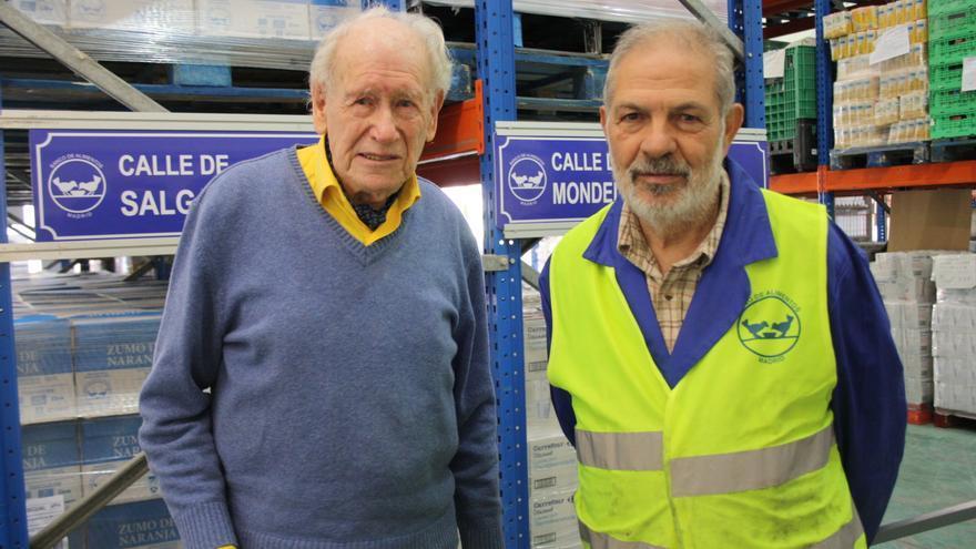 Trabajadores voluntarios y sin ánimo de lucro en el almacén del Banco de Alimentos de Madrid. Eduardo Berzosa (i) es el más veterano, con 18 años de dedicación y 94 de vida.