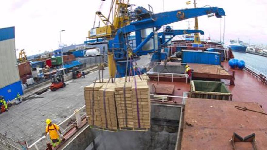 Descarga de pesca congelada en un puerto del Estado radicado en Canarias