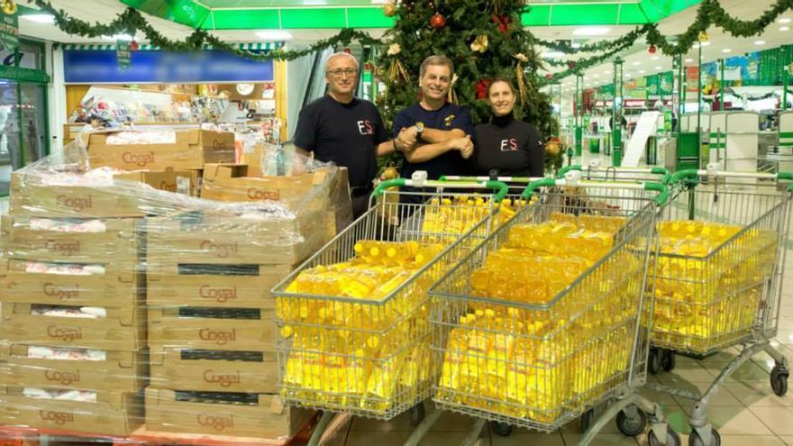 Andy C R y Julio Gonzalez de Fotógrafos Solidarios junto a Luis Febles de Sonrisas Canarias en una campaña de recogida de alimentos navideña.