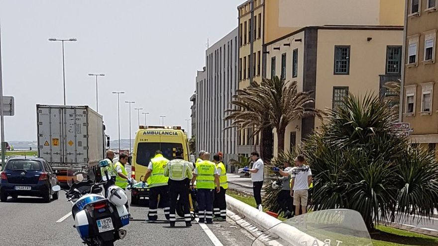 Ambulancia en un accidente en la Avenida Marítima de la capital grancanaria