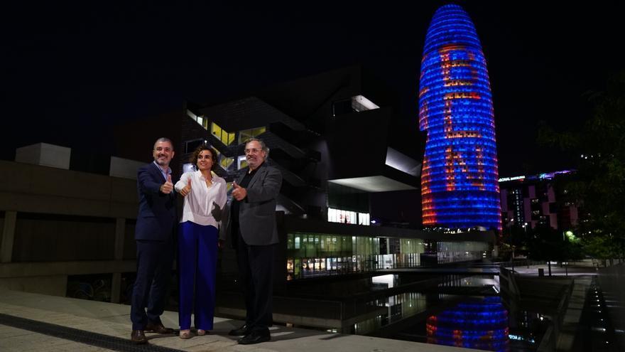 La ministra de Sanidad Dolors Montserrat con el teniente de alcalde Jaume Collboni y el secretario general del departamento de Salut Albert Serra frente a la Torre Glòries, iluminada por la EMA
