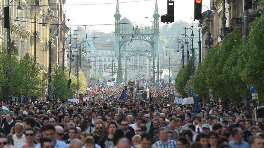 Miles protestan en Budapest en defensa de la Universidad fundada por Soros