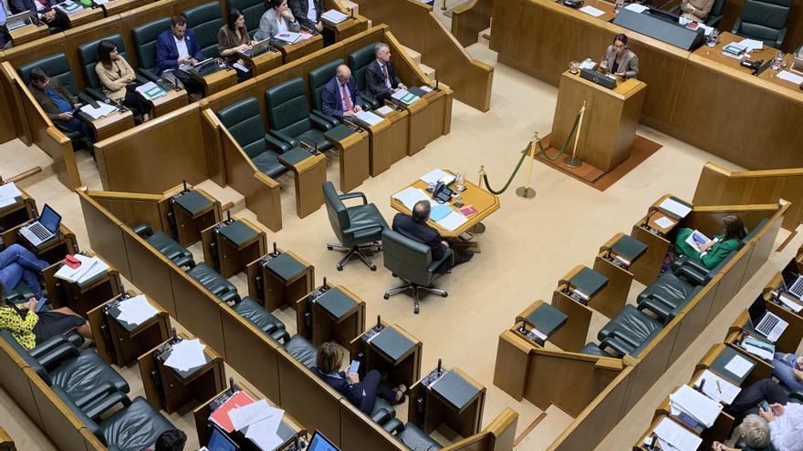 Hemiciclo del Parlamento Vasco con el escaño de Iñaki Arriola vacío en la bancada del Gobierno