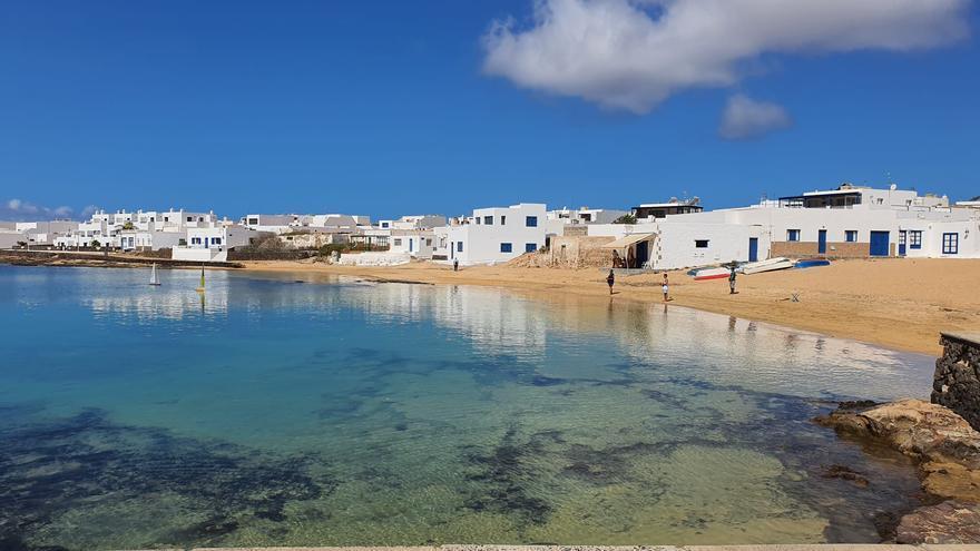 Algunos vecinos de La Graciosa sacan a sus veleros teledirigidos en el primer día en la fase 1 de desescalada.