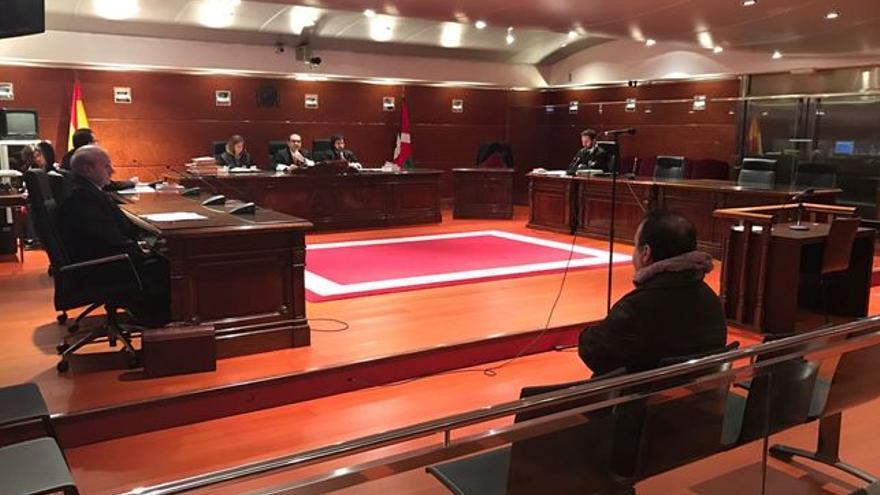 Miguel Acedo, de espaldas, en el juicio celebrado en febrero