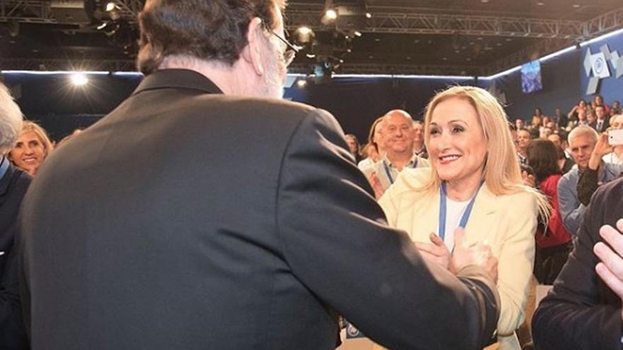 Cifuentes y Rajoy, saludándose en el último congreso del PP