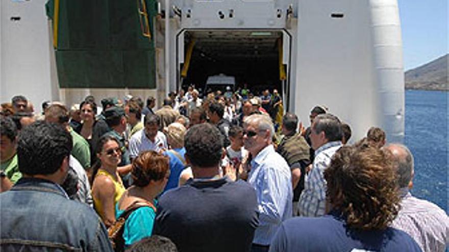 Armas, entre representantes empresariales e institucionales, 'tomando' el buque de la Naviera Armas. (CABILDO DE EL HIERRO)