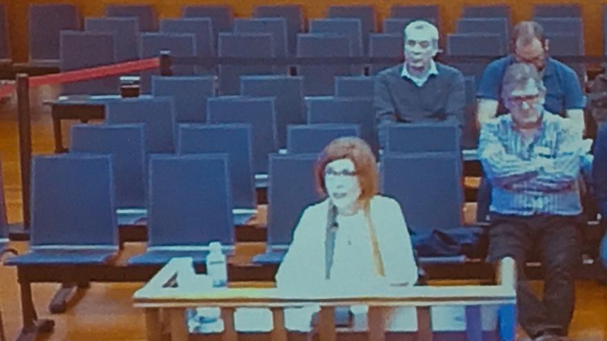 Oro Ochoa de Eribe, delante de Sánchez Robles y otros acusados, durante el juicio del 'caso De Miguel'