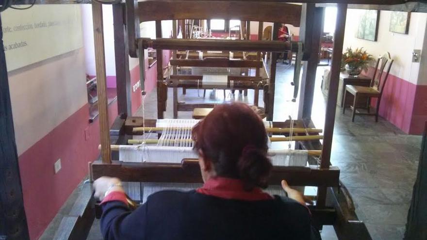 Una artesana de la seda de La Palma en un telar.