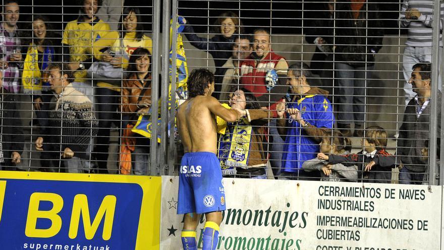 Marcos Márquez, al final del partido de este sábado saluda a los aficionados. (ACFI PRESS)