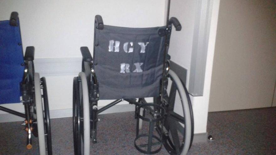 Una silla de ruedas del nuevo hospital privado, identificada con las siglas del anterior hospital público, el General Yague.