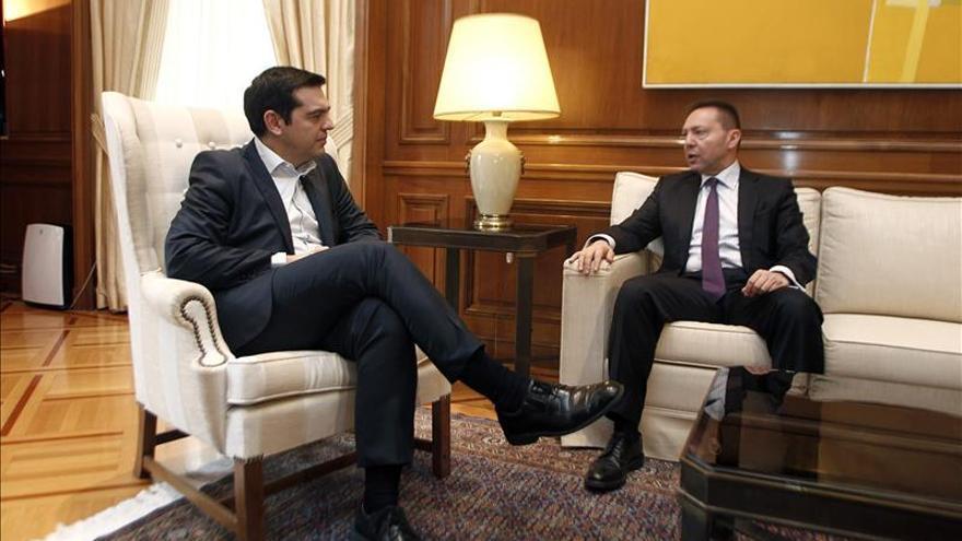 Tsipras con el gobernador del Banco Central de Grecia