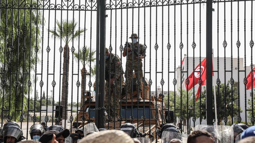 Soldados tunecinos vigilan la entrada del edificio del Parlamento.