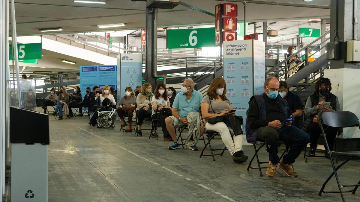 Decenas de personas esperan para vacunarse en la Fira de Barcelona, el martes 11 de mayo de 2021