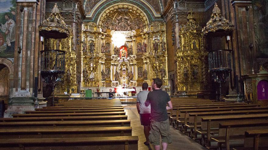 Interior de la Iglesia de Santa María de los Arcos, en el Camino de Santiago. VIAJAR AHORA