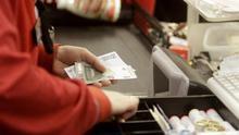 Cajeras de supermercado, empleos precarios en primera línea del coronavirus