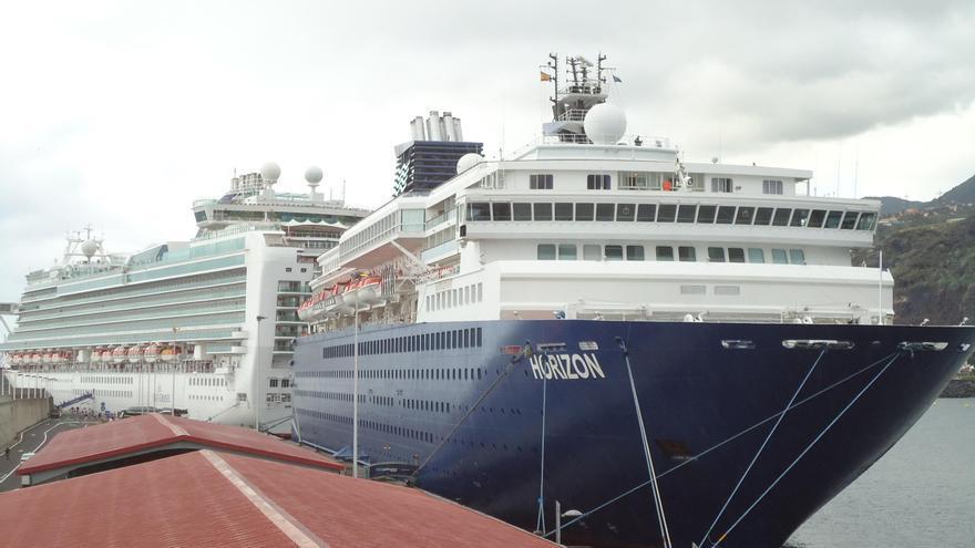 En la imagen, los buques Horizon y Ventura atracados este lunes, 27 de febrero, en el puerto de Santa Cruz de La Palma. Foto La Palma Ahora.