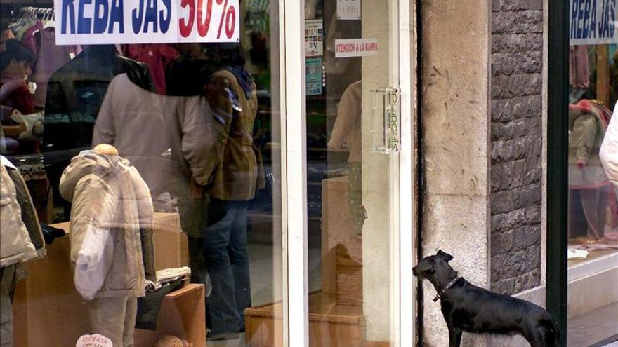 El comercio vende el 6,8 por ciento menos en 2012 y suma cinco años a la baja