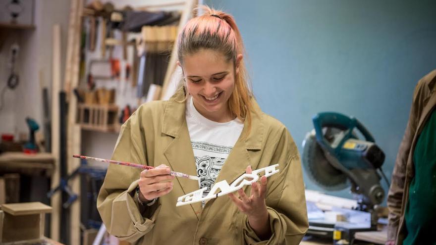 Una alumna de El Llindar, en el taller de carpintería. / © Sandra Lázaro