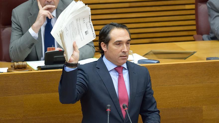 El diputado popular Rubén Ibáñez muestra las enmiendas presentadas por la oposición al último presupuesto del PP