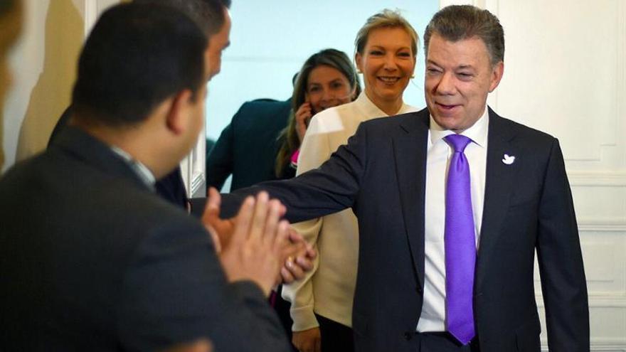 """Santos dice que el Nobel de Paz es un """"mandato"""" para salvar el acuerdo con las FARC"""