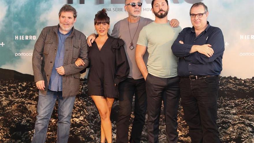 Darío Grandinetti (c), Candela Peña, y Matias Varela (2d), posan con el director, Jorge Coira (i), y el guionista, Pepe Coira (d). EFE/ Elvira Urquijo A