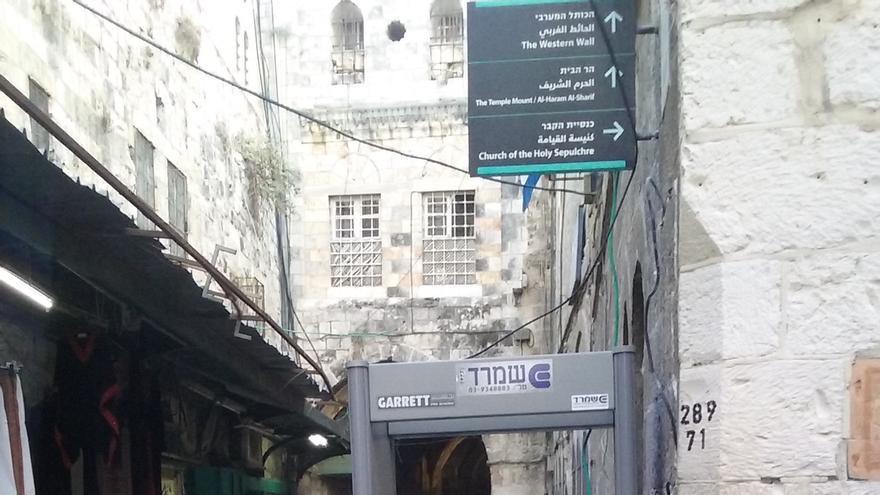 Control de la policía israelí con un arco detector en una de las entradas de la Ciudad Vieja, Jerusalén / Ana Garralda