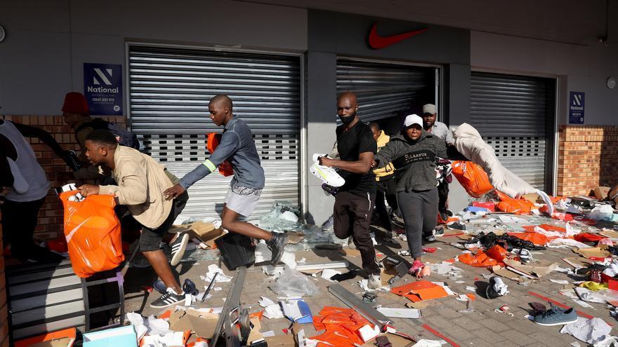 Al menos 45 muertos en disturbios sin precedentes en democracia en Sudáfrica