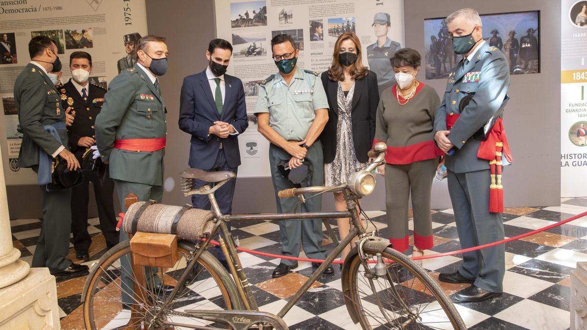 Una antigua bicicleta usada por agentes de la Guardia Civil