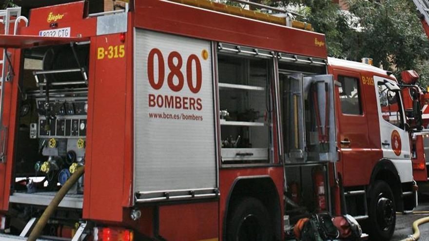 Un fallecido y un herido en sendos incendios de chimeneas en Barcelona