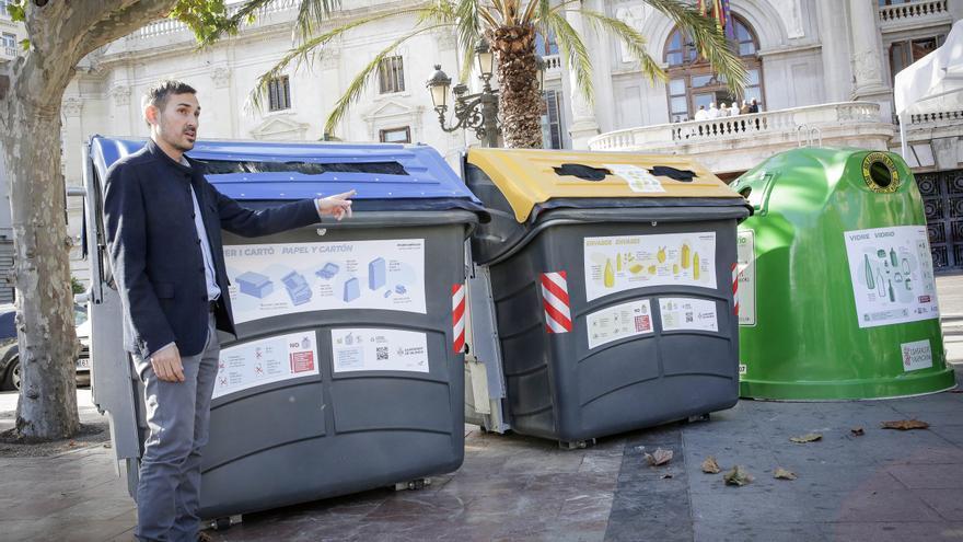 El vicealcalde, Sergi Campillo, muestra los contenedores con los carteles informativos