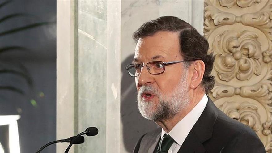 Rajoy pasea con el presidente murciano por un parque natural de Cartagena