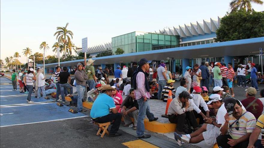 Maestros mexicanos bloquean aeropuerto de Acapulco en demanda de pagos