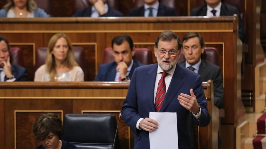 Rajoy no se cierra a reformar la Constitución pero dice que la prioridad hoy es defenderla ante el desafío en Cataluña