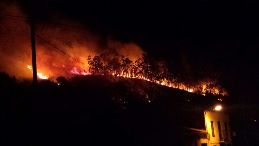 Sofocado un fuego forestal en La Cavada que obligó a desalojar a una familia