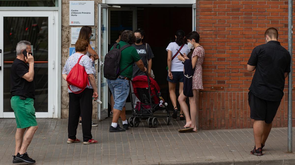 Varias personas esperan para hacerse una PCR en un centro de Atención Primaria de Barcelona