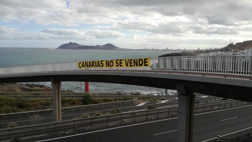 Pancarta en señal de rechazo al proyecto de ampliación del muelle de Aagete.