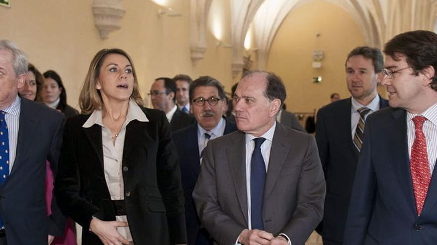 Cospedal junto a Méndez Pozo (primero por la izquierda), el empresario más beneficiado en contratos de publicidad
