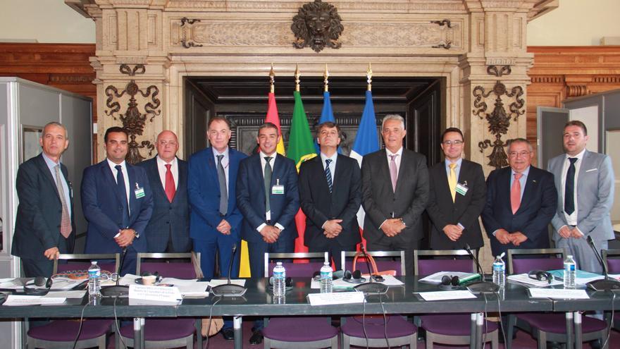 Foto de familia de los asistentes a la reunión del Comité Mixto del Plátano Europeo, una reunión celebrada este martes en París