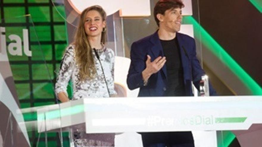 Estrellas televisivas en los Premios Cadena Dial, con Cantizano y Sara Escudero