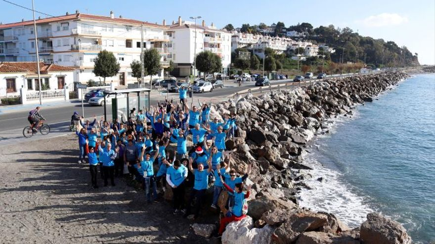Medio centenar de vecinos se movilizan frente a la costa de Mezquitilla de Vélez-Málaga (Málaga) para reclamar la agilización del Proyecto Brick Beach para la regeneración de esta playa desaparecida en los años 70.