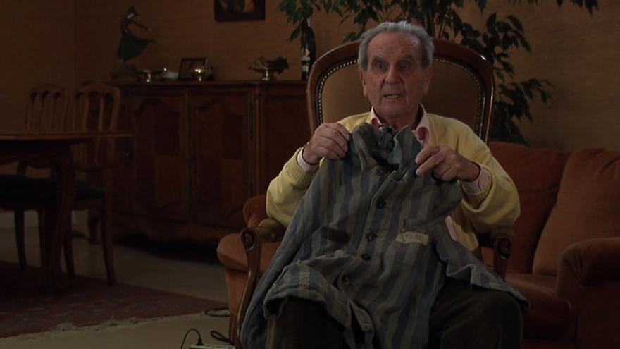 Eduardo Escot muestra la chaqueta de preso que llevó en Mauthausen.