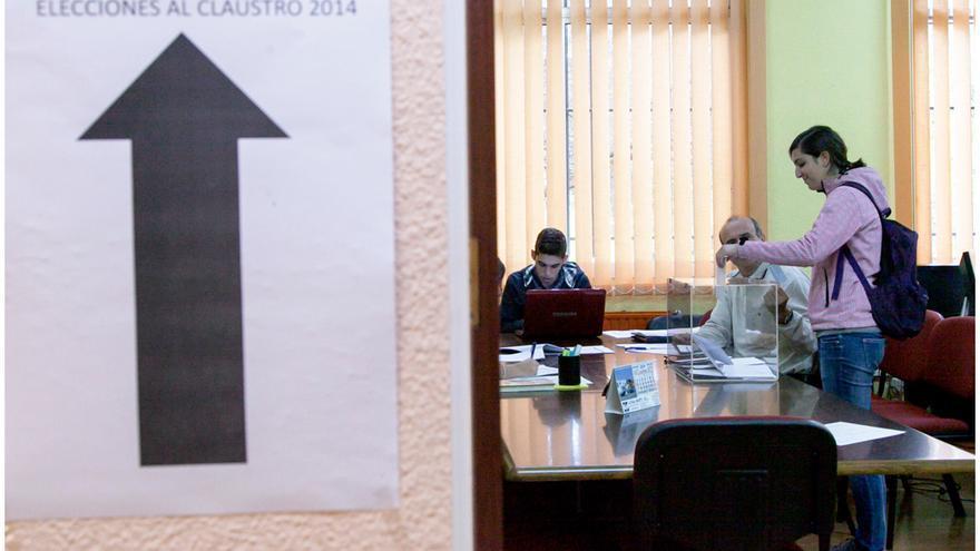 Una alumna ejerce su derecho al voto en las elecciones al claustro de la ULL./ EMETERIO SUÁREZ