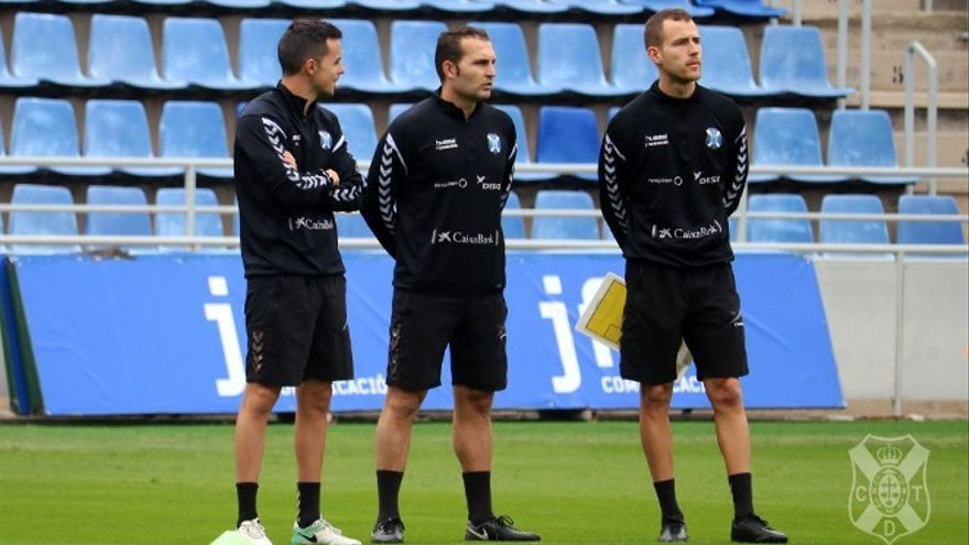 Rubén Baraja junto a dos de sus ayudantes en un entrenamiento en el Heliodoro