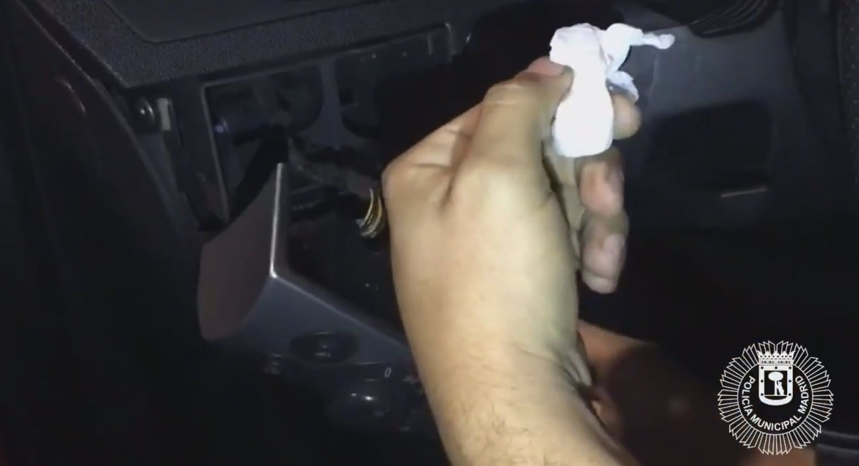 Sustancias estupefacientes, ocultas tras el mando del aire acondicionado   POLICÍA MUNICIPAL MADRID