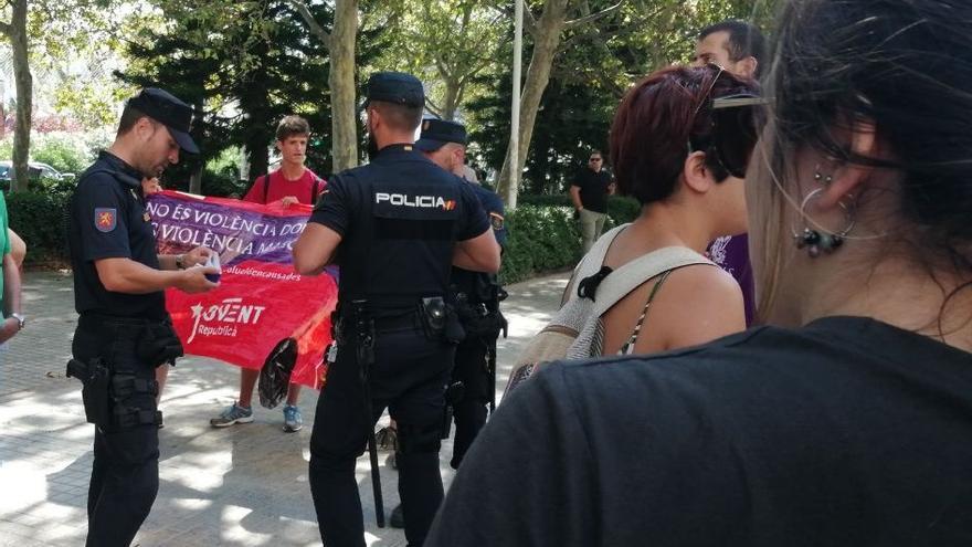 La Policía Nacional identifica a las personas concentradas en la Ciudad de la Justicia