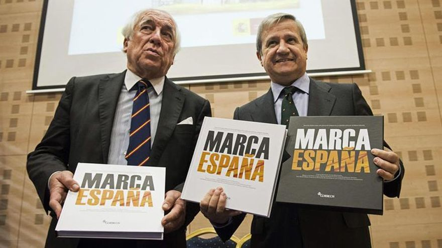 El presidente de Correos (derecha), junto al responsable de Marca España, Carlos Espinosa de los Monteros, en diciembre de 2014.