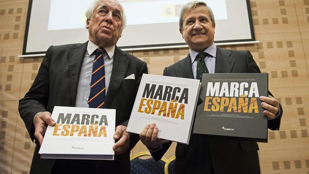 El entonces presidente de Correos, Javier Cuesta (derecha), junto al en ese momento responsable de Marca España, Carlos Espinosa de los Monteros, en diciembre de 2014.
