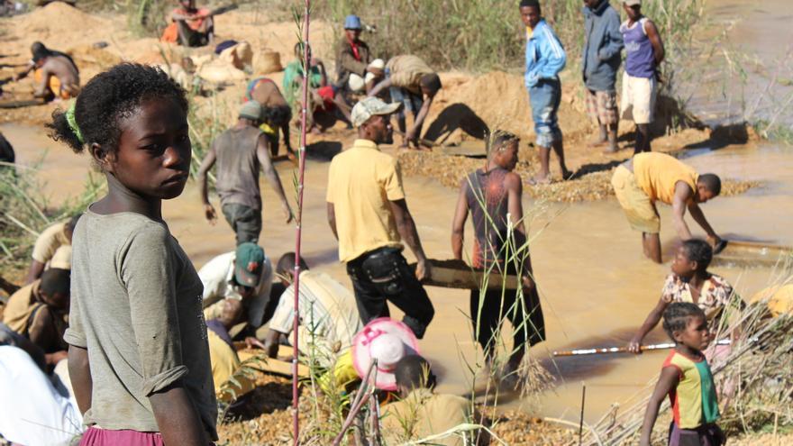 Niña trabajadora en la zona minera de Antsohamadiro, al sur de Madagascar