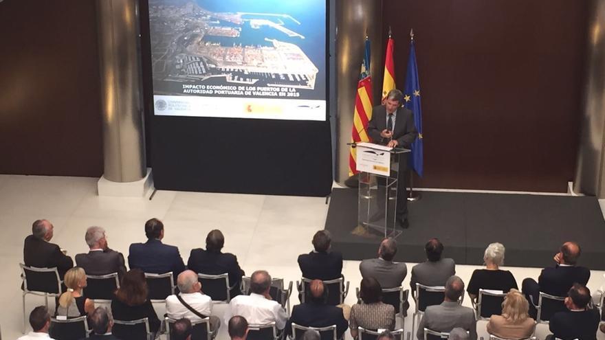 Aurelio Martínez se dirige a los asistentes al acto de presentación del proyecto de la ampliación norte del Puerto de Valencia.